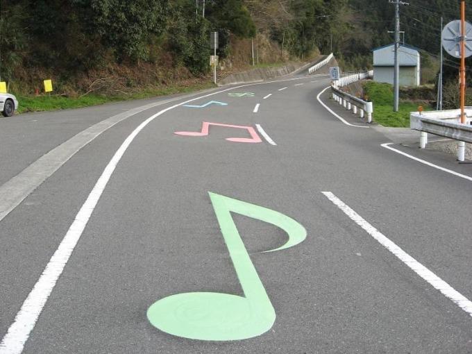 Con đường được báo hiệu với mọi người bằng những nốt nhạc lớn nhiều màu sắc in trên mặt đường. Ảnh: Yusuke Japan Blog