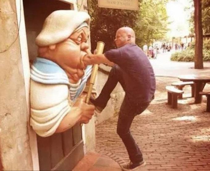 Một du khách tạo dáng với bức tượng tại công viên giải trí Kaatsheuvel ở Hà Lan. Ảnh: Imgur