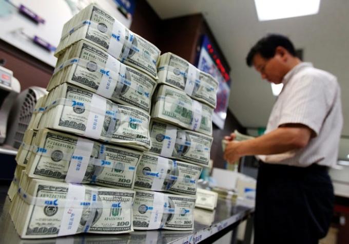 Các đồng USD có mệnh giá khác nhau đều có màu xanh giống nhau. Thoạt nhìn chúng đều khá giống nhau, ngoại trừ hình ảnh in trên tiền. Trong khi đó ở nhiều quốc gia khác, các mệnh giá tiền có màu sắc, hình dáng và kích thước khác nhau. Ảnh: Jo Yong Hak/ Reuters