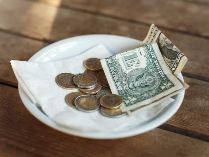 Khi ăn hàng, thức ăn thừa được yêu cầu đóng gói mang về. Nhiều nước, như Pháp, điều này được coi là thô lỗ. Bên cạnh đó, khẩu phần mỗi suất ăn tại các nhà hàng địa phương đều rất lớn. Nó khiến không ít khách bất ngờ vì họ không thể ăn hết một suất mà người Mỹ thường ăn. Đồ uống trong các chuỗi thức ăn nhanh cũng tương tự. Tiền tip cho nhân viên phục vụ là điều gần như bắt buộc trong mọi nhà hàng, khách sạn. Điều này không áp dụng với các quốc gia khác trên thế giới. Ảnh: Anastasiya Aleksandrenko/Shutterstock