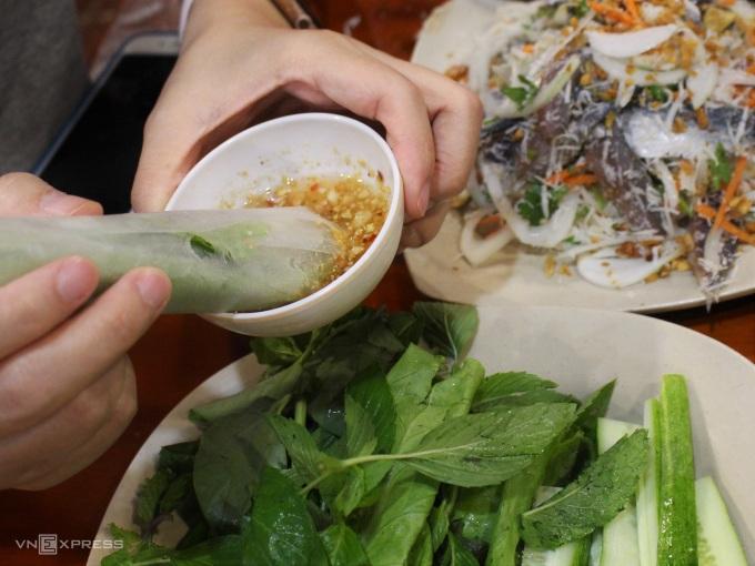 Ăn gỏi cá trích không thể thiếu chén nước chấm được làm từ ớt, tỏi và đậu phộng rang. Ảnh: Huỳnh Nhi