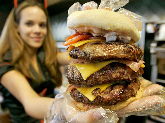 Bữa ăn khổng lồ: Khẩu phần mỗi suất ăn hay đồ uống tại các nhà hàng Mỹ thường rất lớn, khiến không ít khách nước ngoài bất ngờ. Ảnh: AP