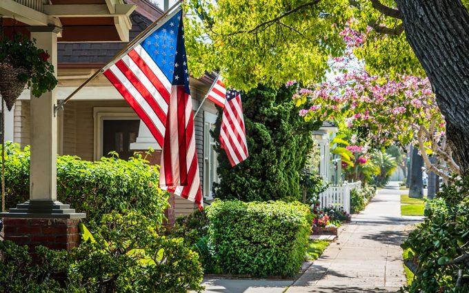 Treo cờ khắp nơi: Trong một chủ đề về Những điều du khách thấy kỳ cục ở Mỹ trên diễn đàn Reddit, nhiều người chỉ ra một điều lạ là quốc kỳ Mỹ được treo ở khắp nơi, từ các cơ sở kinh doanh, đến các di tích lịch sử cho đến nhà dân. Ảnh: The Home Pot