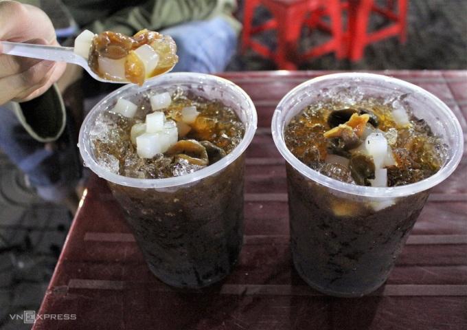Sâm dừa là món uống giải nhiệt, thanh mát những ngày oi bức. Sâm dừa có mùi thơm dịu của mía lau, lá dứa, râu bắp... hòa cùng vị ngọt thanh của nước dừa tươi. Thay vì để thêm phần cơm dừa nạo vào ly, chủ quán thay thế bằng thạch dừa và nhãn nhục nấu chín để thực khách có thể nhâm nhi. Ly sâm dừa cỡ lớn có giá 10.000 đồng/ly, chợ đêm Vị Thanh ngay chân cầu 30/4