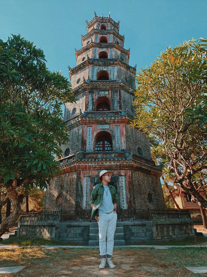 Tháp Phước Duyên được xem là biểu tượng gắn với hình ảnh chùa Thiên Mụ. Tòa tháp 7 tầng có hình bát giác, được xây bằng gạch, cao 21 m. Ở mỗi tầng đều thờ tượng Phật và có đường cầu thang hình xoắn ốc dẫn lên tầng cao nhất. Công trình được xây dựng vào năm 1601, vào đời chúa Tiên Nguyễn Hoàng, nằm trên đồi Hà Khê, phường Kim Long, cách trung tâm TP Huế khoảng 5 km về phía Tây. Ảnh: Phạm Quốc Cường