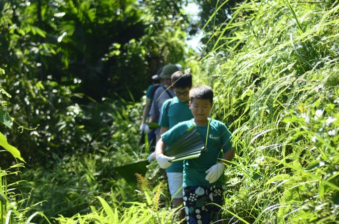 Thám hiểm rừng xanhKhông chỉ có ruộng bậc thang, những bản làng Thái, Mường mà còn có rừng nguyên sinh với thảm động thực vật đa dạng không kém Vườn quốc gia Cúc Phương, Pù Luông còn có đỉnh Pù Luông cao 1.700 m và nhiều hang động, suối thác đẹp. Trekking khám phá rừng Pù Luông chắc chắn là trải nghiệm không thể bỏ qua với những người mê thiên nhiên và các hoạt động ngoài trời. Tại đây từ trẻ nhỏ đến người lớn đều có thể tìm thấy các tour trekking phù hợp với độ tuổi và sức bền. Mỗi buổi đi rừng lại đem tới cho bạn từ những bức ảnh kỷ niệm đẹp cho tới các bài học về kỹ năng sinh tồn. Ảnh: Footprint Camp