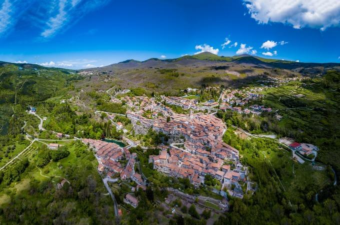 Toạ lạc giữa vùng Tuscany, thị trấn Santa Fiora nép mình trong khu bảo tồn thiên nhiên Monte Amiata, gần thung lũng Val DOrcia, thiên đường rượu vang Montepulciano và Siena. Ảnh: Alfonso Fiorentino/Comune di Santa Fiora