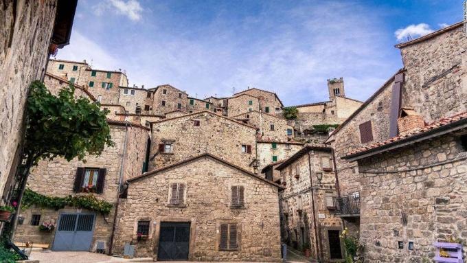 Thị trưởng Balocchi quyết định ra một chiến lược mới nhằm thu hút khách thập phương. Những người tới đây để làm việc từ xa trong đại dịch được trả 200 Euro hoặc hỗ trợ 50% tiền thuê nhà mỗi tháng. Ảnh: Comune di Santa Fiora