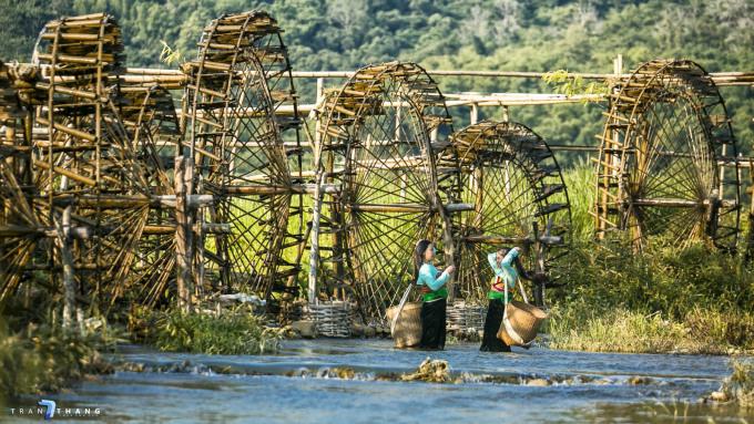 Lội suối thăm cọn nước giữa đồng lúa chínTháng 5, 6 lúa ở Pù Luông bắt đầu chín từ khu vực thị trấn Cành Nàng vào các bản trung tâm khu bảo tồn. Đây cũng là lúc mùa mưa về, nước sông suối đổ ngày một nhiều nên các cọn nước hoạt động công suất cao. Trước khi vào vùng lõi Pù Luông tham quan bản làng, du khách có thể nghỉ chân ở những cọn nước này, chụp hình kỷ niệm Ảnh: Huy Thắng