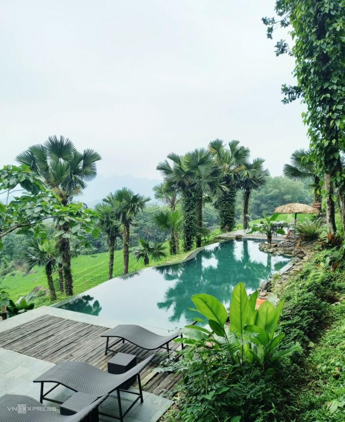 Nghỉ dưỡng sang chảnh giữa núi rừng Các du khách thích nghỉ dưỡng hiện có rất nhiều lựa chọn tại Pù Luông, hầu hết các điểm nghỉ đều có bể bơi vô cực, bungalow nhà sàn với view ruộng bậc thang, những tiểu cảnh điểm check-in như lưới, xích đu, ghế tổ chim... Tuy nhiên nổi bật nhất phải kể tới các khu nghỉ dưỡng Pù Luông Retreat, Pù Luông Tree House, Pù Luông Eco Garden, Pù Luông Natura... với giá phòng từ 1,3 triệu đồng/ đêm trở lên. Nhịp sống yên ả, thanh bình và sự cởi mở của dân địa phương Ảnh: Khánh Trần