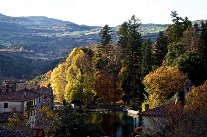 Bao quanh ngôi làng là thiên nhiên hùng vĩ, nơi du khách có thể cưỡi ngựa, đạp xe hay đi bộ dọc theo những con đường mòn trên núi. Thị trưởng Balocchi đảm bảo văn phòng du lịch của thị trấn sẽ hỗ trợ mọi thủ tục và giấy tờ cho du khách. Những ai muốn ở lại lâu hơn sáu tháng cũng luôn được chào đón. Nếu ai đó muốn đầu tư vào lĩnh vực du lịch của địa phương, Santa Fiora sẵn sàng chi 30.000 Euro để họ mở nhà nghỉ, hoặc cải tạo lại một ngôi nhà cũ thành khách sạn hoặc nhà trọ. Thậm chí, bất kỳ ai quyết định đăng ký nhập cư và sinh con tại đây sẽ được nhận khoản tiền thưởng đến 1.500 Euro. Ảnh: Nicholas Bani/Comune di Santa Fiora
