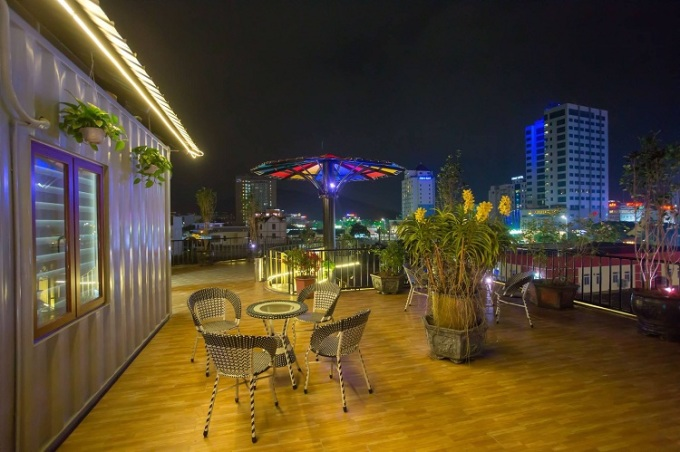 Khoảng sân thượng được bố trí bàn ghế ngoài trời để khách thư giãn. Ảnh: Homestay T&N