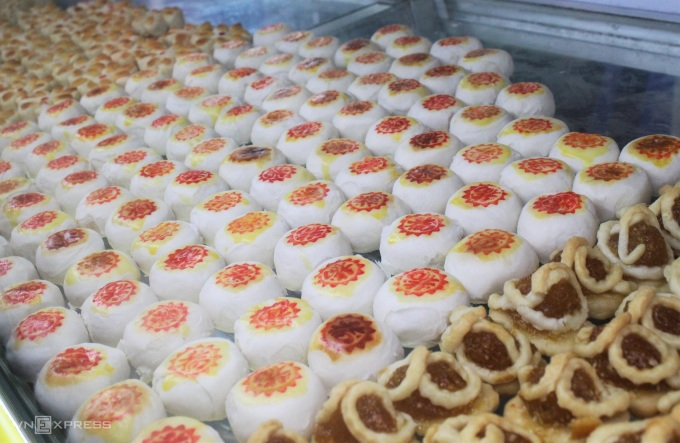 Small smart cake is made from flour with all shapes and types of fillings such as coconut, taro, green beans... The cake is not only pleasing to the eyes of tourists but also low in fat, sweet and easy to eat at a reasonable price. from 30,000 to 60,000 VND / piece.