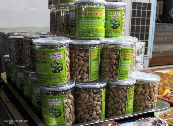 Although not as famous as the peanuts in Con Dao, Phu Quoc also has this specialty.  Phu Quoc eagle nuts are dry roasted and then canned, without adding salt or sugar during the roasting process, so when eaten, it still has the fleshy, slightly sweet taste of the island food.