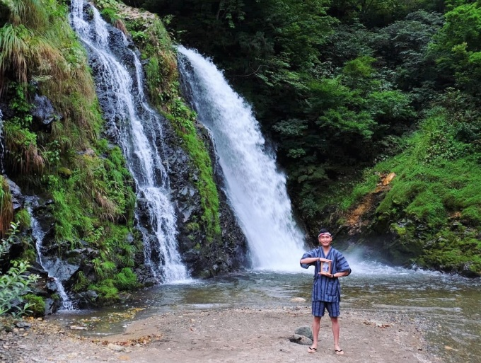 Năm Nhân 22 tuổi, anh bắt đầu lưu giữ lại những bức ảnh chụp cùng di ảnh cha mẹ trong những chuyến đi và tạo thành album Ba má ơi, mình đi đâu tiếp?. Đến nay bộ ảnh đã có gần 70 tấm chụp tại các địa điểm khác nhau trên khắp nước Nhật.