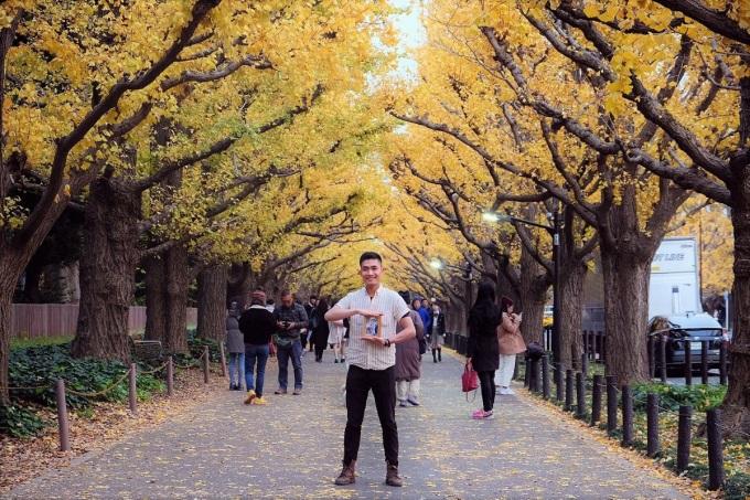Vì tính chất công việc nên Nhân có cơ hội được đi nhiều nơi tại Nhật Bản, tuy nhiên anh không khỏi chạnh lòng khi thấy thiếu vắng hình ảnh của cha mẹ trong hành trình trưởng thành của mình.