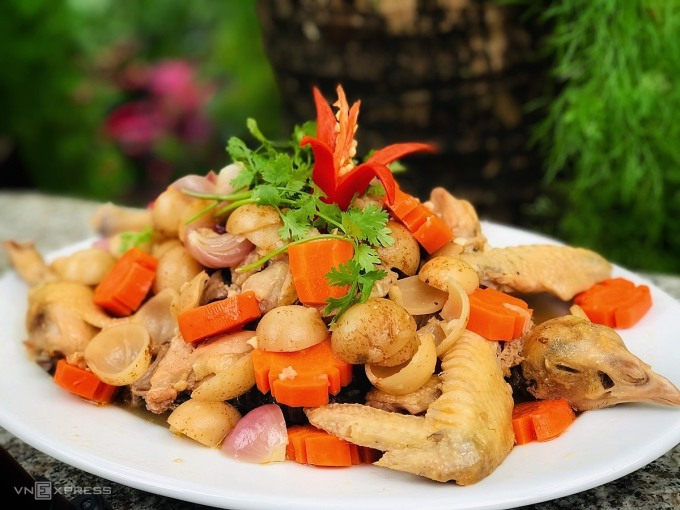 Món gà om dâu Hạ Châu được bày biện phục vụ thực khách. Ảnh: Thanh Hằng