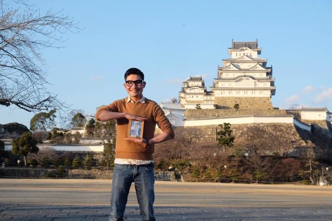 Nếu một ngày nào đó bạn không thể thấy cha mẹ mình nữa, điều bạn muốn làm nhất là gì?, đó là cách anh Lê Đức Nhân, sinh năm 1993, quê Bình Định bắt đầu câu chuyện của mình khi kể về hành trình Ba má ơi, mình đi đâu tiếp? tại Nhật Bản. Trên ảnh là Nhân trước Himeji, toà lâu đài được UNESCO công nhận là di sản văn hoá thế giới tại tỉnh Hyogo.