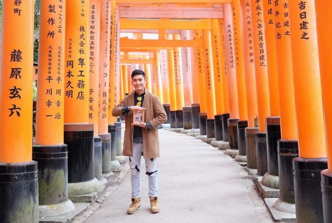 Vì tính chất công việc, Nhân có cơ hội được đi nhiều nơi tại Nhật Bản. Tuy nhiên, anh không khỏi chạnh lòng khi thấy thiếu vắng tình thương, bóng dáng của cha mẹ trong hành trình trưởng thành của mình.