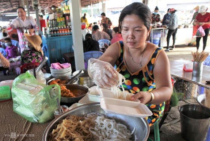 Chị Thiểu (38 tuổi), bán bánh tằm được 6 năm từ khi nhận nghề từ mẹ chồng. Ảnh: Huỳnh Nhi