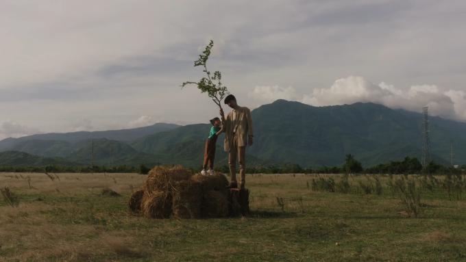 Trong MV ca nhạc mới nhất của mình, rapper Đen Vâu hoá thân thành một cái cây, đứng bất động quan sát mọi thứ.