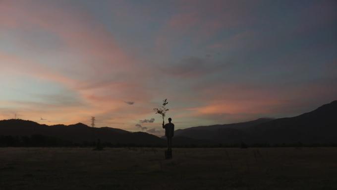 Đồng cỏ hoang rộng rãi, ít vật cản, hứa hẹn giúp du khách có những bức ảnh đẹp theo phong cách tối giản. Mỗi buổi trong ngày tại đây mang một sắc màu khác nhau. Du khách có thể ghé thăm buổi hoàng hôn để chụp cho mình những bức ảnh ngược sáng và ngắm nhìn mặt trời khuất dần sau dãy núi.
