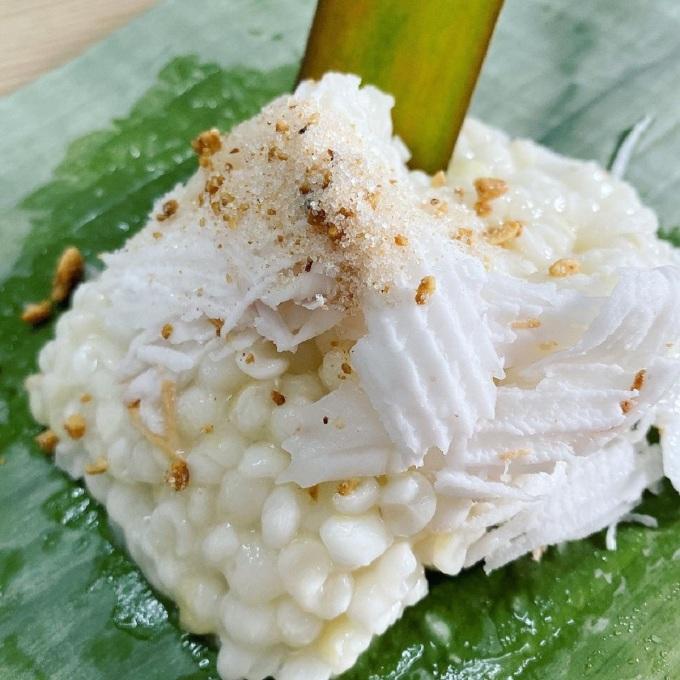 Xôi bắp còn có tên là bắp hầm, được nấu từ nếp, bắp hạt và nước dừa tươi đến khi có độ nhão. Hạt bắp
