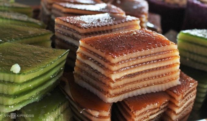 Bánh da lợn có nhiều lớp chồng lên nhau được làm từ bột năng, bột nếp, đường, nước cốt dừa, đậu xanh nấu chín tán nhuyễn. Tùy theo sở thích mà người bán cho thêm hương liệu để tạo nên chiếc bánh nhiều màu sắc có nàu nâu của socola, xanh của lá dứa, tím của lá cẩm. Chiếc bánh mêmnf