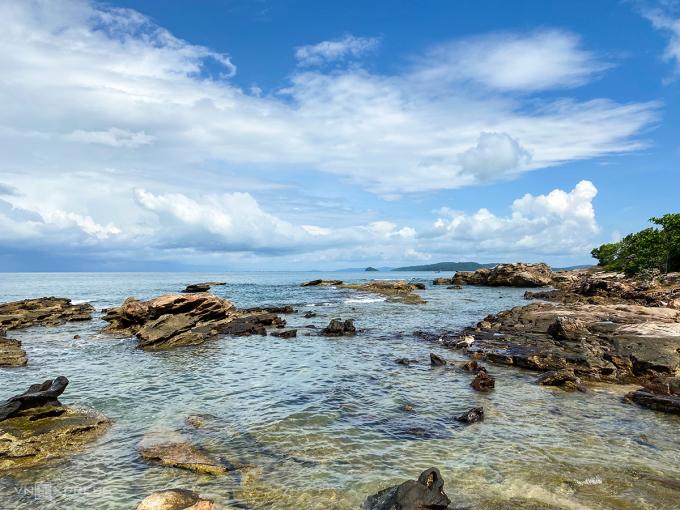 Mũi Gành Dầu giữ nguyên nét nguyên sơ, thu hút du khách với gành đá nhấp nhô và nước biển xanh trong. Ảnh: Trung Nghĩa