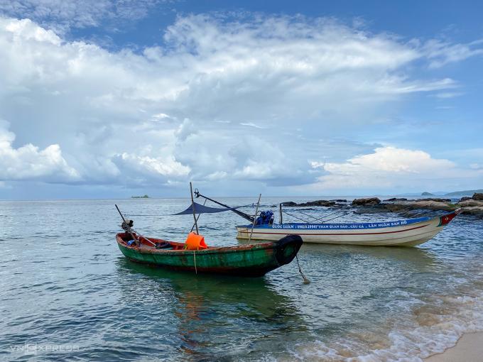 Đến đây, ngoài thưởng thức cảnh biển đẹp, du khách còn có cơ hội ngắm nhìn cuộc sống của người dân làng chài. Ảnh: Trung Nghĩa