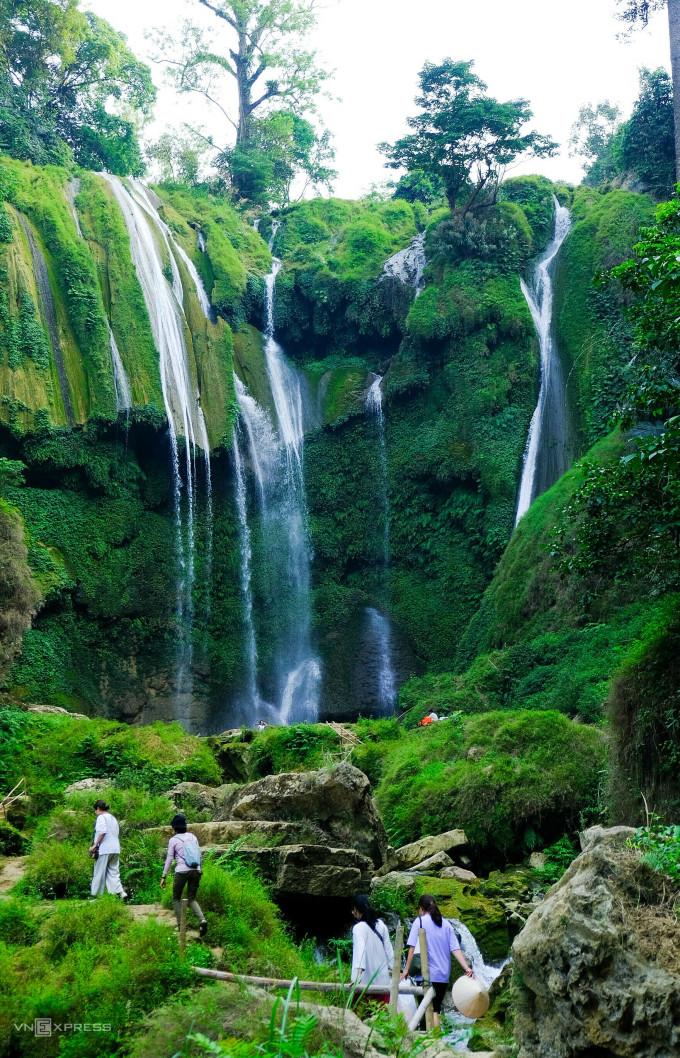 Du khách vào thác Nàng Tiên. Ảnh: Nguyễn Hoàng