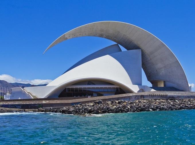 Tác phẩm tương lai của Santiago Calatrava trông giống như một con tàu với cánh buồm. Có hai hội trường bên trong: một phòng giao hưởng lớn và một phòng thính phòng. Niềm tự hào của Thính phòng là cây đàn organ hoành tráng, 3835 ống được đặt ở cả hai bên của parterre. Âm thanh thật tuyệt vời. Ảnh: Designing Buildings Wiki