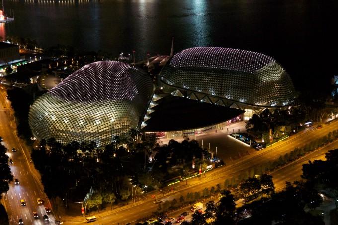 Nhà hát Esplanade, Singapore Các kiến trúc sư ở Singapore đã thiết kế nhà hát lấy ý tưởng từ chiếc micro, tuy nhiên du khách lại có những liên tưởng thú vị về nơi này. Mái vòm đôi xuất hiện ở Vịnh Marina vào năm 2002 được so sánh với kẹo dẻo, đu đủ, thú ăn kiến... Cuối cùng, chúng được người dân đặt biệt danh là sầu riêng. Nhà hát có một trong những phòng hòa nhạc tốt nhất trên thế giới về mặt âm học. Ảnh: Uwe Schwarzbach/Flickr
