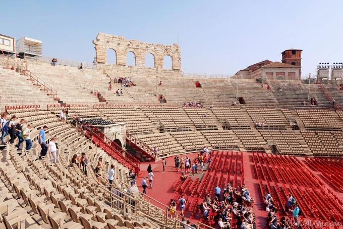 Nhà hát vòng tròn La Mã cổ đại, lớn thứ ba sau Đấu trường La Mã và Capuans, có thể chứa tới 30.000 khán giả, nhưng hiện nay không quá 15.000 khán giả. , và nơi thực hiện. Kể từ năm 1913, các vở opera đã thường xuyên được biểu diễn ở đây. Có những chiếc ghế ở tầng dưới dành cho khán giả, nhưng bạn cũng có thể ngồi trên những bậc thang bằng đá đích thực, sẽ rẻ hơn. Ảnh: Joy Della Vita