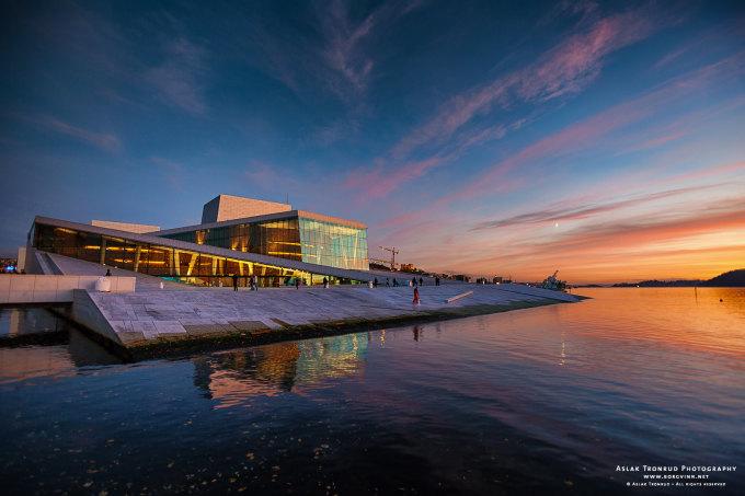Nhà hát opera Oslo, Na Uy Tòa nhà có thiết kế chìm một phần và nhìn từ xa trông giống một tảng băng trôi trên biển. Mái nhà được thiết kế phẳng và dốc, cho phép du khách đi bộ. Đây là một trong những nhà hát được trang bị kỹ thuật cao nhất. Sân khấu chính bao gồm 16 nền tảng có thể di chuyển theo bất kỳ hướng nào. Sảnh chính được thắp sáng bởi 800 đèn chùm LED, với hiệu ứng khúc xạ ánh sáng bởi 5800 mặt dây chuyền thủ công. Ảnh: Aslak Tronrud/Flickr