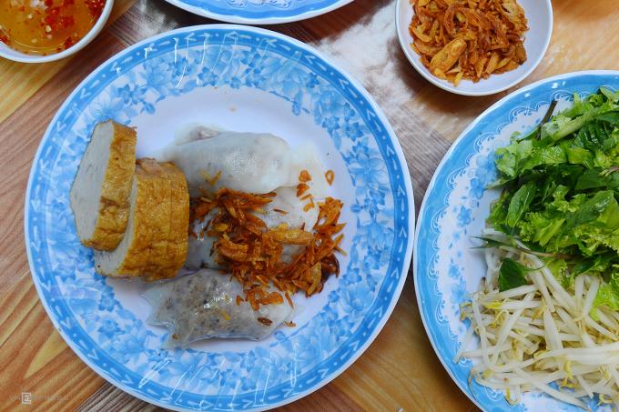 Bánh cuốn Sài Gòn được coi là có xuất sứ từ miền Bắc, tuy nhiên lại có nhiều thay đổi để phù hợp với khẩu vị người địa phương. Trong đó điểm khác biệt lớn nhất là nước chấm ngọt hơn. Ngoài ra các loại nhân ăn kèm bánh cuốn Sài Gòn thường có giá trụng, xà lách rau thơm thái nhỏ, nem, bánh tôm hoặc chả giò. Ảnh: Di Vỹ.
