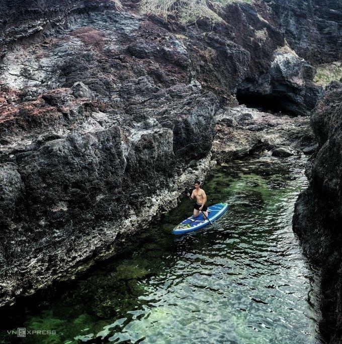 Phú Quý có nhiều trải nghiệm du lịch hoang sơ cho khách trải nghiệm, như chèo SUP. Ảnh: Hoàng Vũ