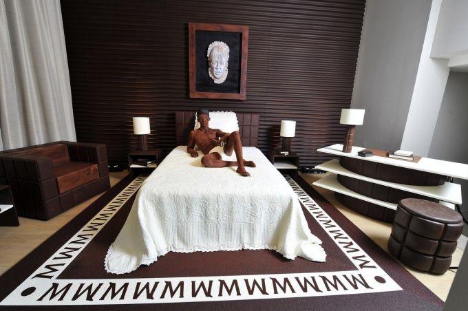 Năm 2011, nhà thiết kế Karl Lagerfeld - huyền thoại của Chanel - đã tạo ra một căn suite bằng chocolate tại khách sạn La Reserve ở Paris, Pháp khi hợp tác với thương hiệu kem Magnum. Cần 10,5 tấn chocolate để dựng nên căn phòng kỷ niệm dòng kem mới từ hạt cacao từ Ecuador và Ghana. Ảnh: Carré Noir