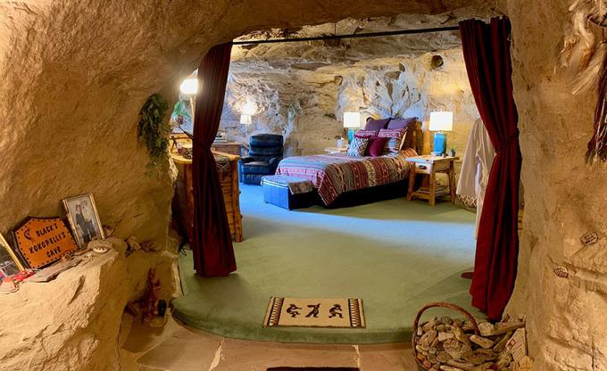 Hang động rộng 160m vuông này nằm sâu 2m dưới bề mặt đá, bao gồm một phòng ngủ chính, phòng khách, phòng tắm vòi hoa sen và một bản sao phòng Kiva của người Mỹ bản địa với lò sưởi đốt củi riêng. Kokopelli là tên của một vị thần được các bộ lạc Tây Nam Mỹ bản địa mô tả là thần sinh sản, một kẻ lừa đảo và một thợ săn. Ảnh: Kokopellis Cave Bed and Breakfast