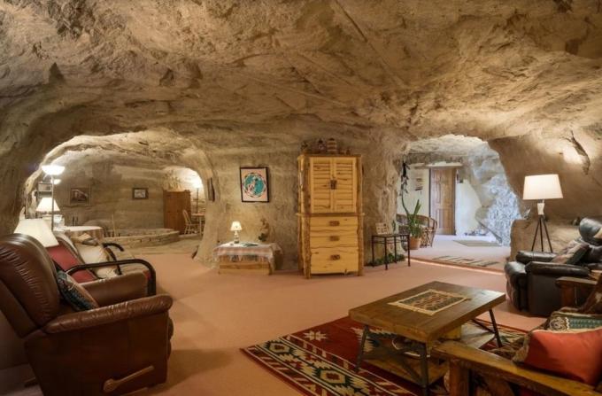 Khách sạn hang độngĐược xây dựng ngay trên vách đá sa thạch nhìn ra thung lũng sông La Plata của New Mexico, Hang động Kokopelli ban đầu được dự định dùng làm văn phòng cho nhà địa chất Bruce Black. Tuy nhiên, Bruce Black đã biến nó thành một căn phòng ngủ đặc biệt.