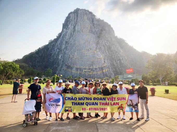 Ngọc Hải (ngoài cùng bên phải) và đoàn du khách Việt chụp ảnh tại Trân Bảo Phật Sơn (Khao Chee Chan) trong chuyến đi đến Thái Lan đầu năm 2020. Ảnh: NVCC