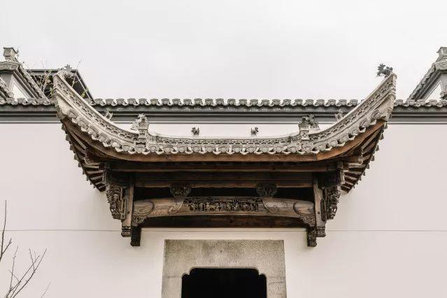 Nghệ thuật Tam điêu (điêu khắc trên gạch, gỗ và đá) trong văn hóa Huy Châu vô cùng nổi tiếng. Gạch ngói sử dụng để lợp mái che cổng, đá ốp ở cửa thông gió hay cột trụ gỗ đều được chạm trổ hoa văn tinh xảo. Ảnh: Sohu