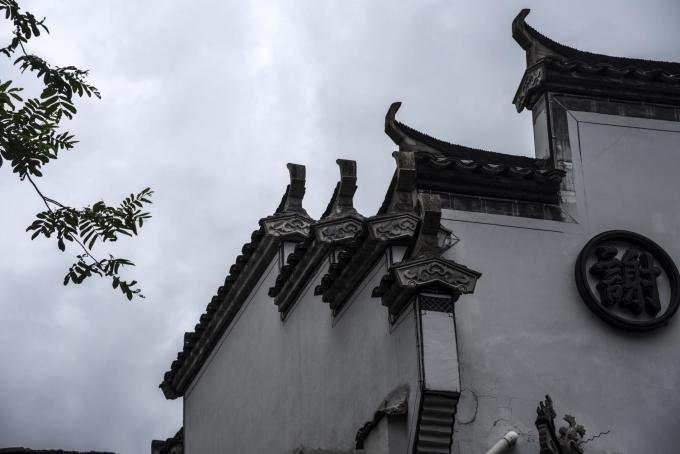 Tường đầu ngựa mang phong cách riêng biệt, kín cổng cao tường. Tường đầu ngựa là nét độc đáo thường thấy trong kiến trúc Huy Châu, có tác dụng chống gió và chống lửa. Do xây san sát, những ngôi nhà được ngăn cách bởi những bức tường cao, để hạn chế lửa lan từ nhà này qua nhà khác trong trường hợp xảy ra hỏa hoạn. Ảnh: Photo CNC