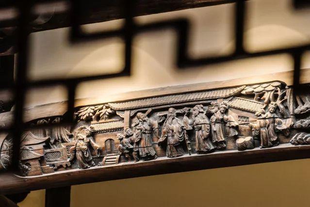 Gạch ngói sử dụng để lợp mái che cổng, đá ốp ở cửa thông gió hay cột trụ gỗ đều được chạm trổ hoa văn tinh xảo. Ảnh: Sohu