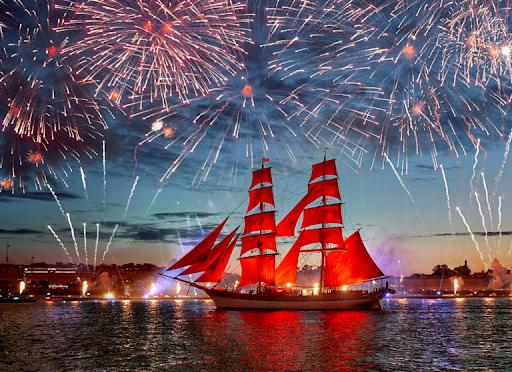 Chiếc thuyền với những cánh buồm đỏ thắm đi dọc sông Neva. Ảnh: vpitergo
