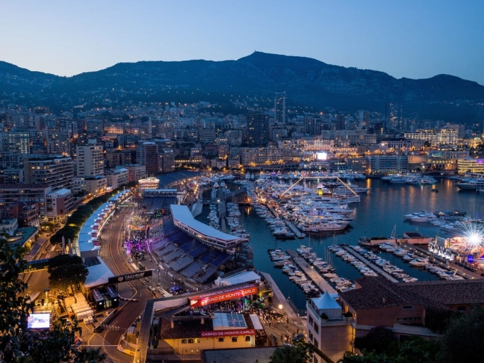 Monaco không phải là thành viên Liên minh châu Âu, nhưng họ vẫn sử dụng đồng euro làm tiền tệ. Monaco ba mặt giáp Pháp, một mặt giáp biển Địa Trung Hải. Công dân sang Pháp không cần visa. Ảnh: AFP
