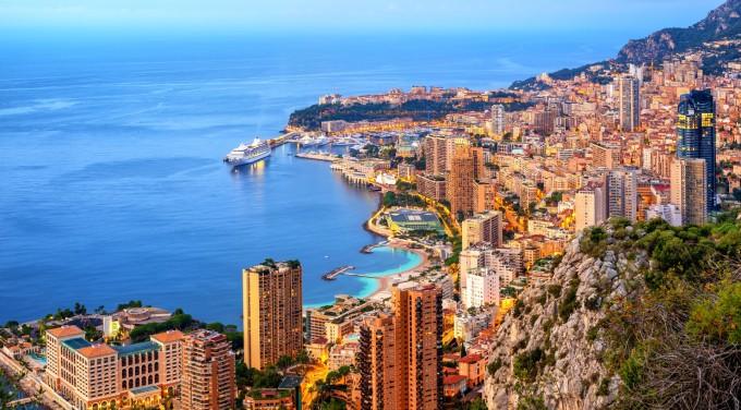 Đây là quốc gia có diện tích nhỏ thứ hai thế giới với 2km2, đứng sau thành Vatican và là quốc gia có chủ quyền đông dân nhất thế giới với hơn 38.000 dân. Theo Forbes, dù đất chật, người đông, Monaco lại sở hữu lượng triệu phú lên đến hơn 12.000 người. Điều đó có nghĩa là cứ 3 người dân thì có một người là triệu phú, trở thành quốc gia có số lượng triệu phú và tỷ phú trên đầu người cao nhất thế giới. Ảnh: Riviera bar crawl tours