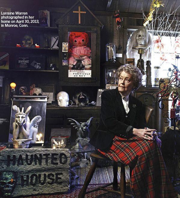 Lorraine Warren chụp tại bảo tàng, đằng sau là búp bê Raggedy Ann ma quái đặt trong hộp có ánh sáng đỏ. Ảnh: Pinterest