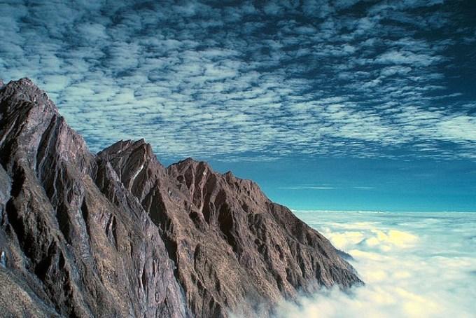 Đỉnh đảo cao nhất trái đấtPuncak Jaya là đỉnh cao nhất của rặng Jayawijaya nằm trên đảo New Guinea, tỉnh Papua với độ cao 4.884m so với mực nước biển. Đây là ngọn núi cao nhất châu Đại dương. Nó cũng là nơi duy nhất du khách có thể nhìn thấy tuyết để chơi đùa ở Indonesia và là đỉnh cao nhất của một hòn đảo trên trái đất.