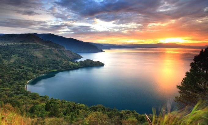 Hồ núi lửa lớn nhất Toba là hồ núi lửa tự nhiên lớn nhất thế giới, nằm bên trong một siêu núi lửa ở phía bắc Sumatra. Hồ sâu khoảng 500m, dài 100km và rộng 30km. Ảnh: Konsortium